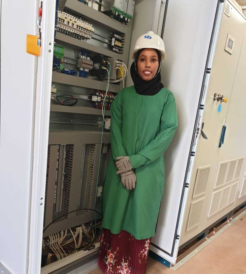 Young woman electrical engineer in Garowe inspires children to turn to science and technology